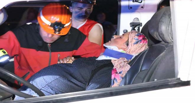 Kazada, minibüs içinde sıkışan hamile kadını itfaiye kurtardı