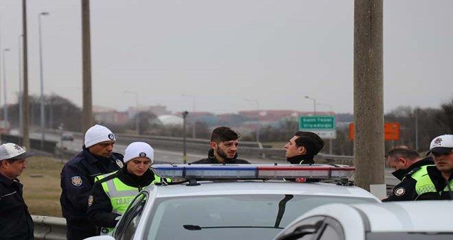 Polis, kaçan sürücüyü otoyolu kapatarak durdurdu